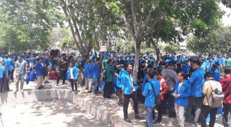 Mahasiswa Masih Bertahan di Depan Kantor Gubernur Aceh