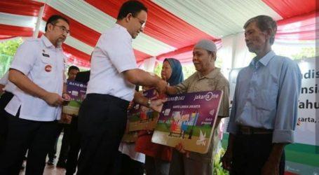Gubernur Anies Bagikan 40.418 Kartu Lansia Jakarta