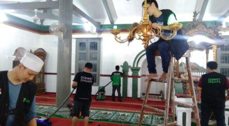 Sambut Ramadhan, DD Bersihkan Masjid Bersejarah di Caringin