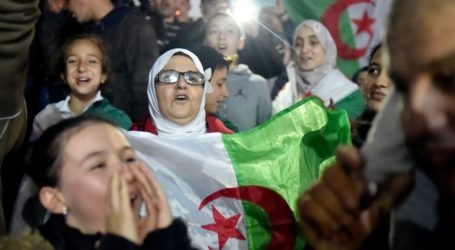 Rakyat Aljazair Rayakan Pengunduran Diri Presiden