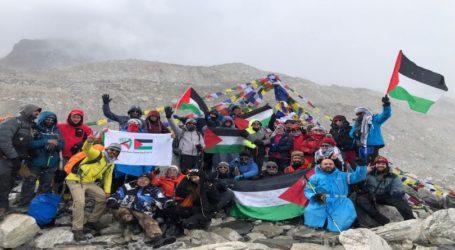 27 Warga Palestina Kibarkan Bendera di Everest