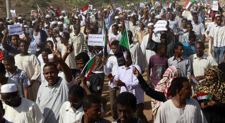 Demonstran Sudan Jumatan di Luar Markas Militer