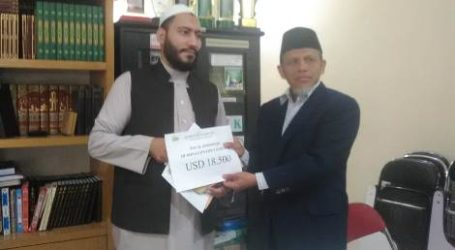 AWG Serahkan Dana Hasil Safari Ramadhan Kepada Syekh Ayoub Mouse Yousuf