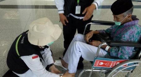 Petugas Kesehatan Berikan Sandal Gratis untuk Jamaah Haji Indonesia