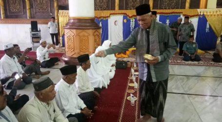 Jamaah Calon Haji Aceh Utara Dilepas dengan Prosesi Peusijuek