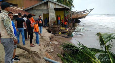 18 Rumah Rusak Dihantam Gelombang Pasang