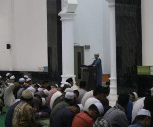 Furqon Al-Hanif, Lc.MA saat mengisi Khutbah Gerhana di Masjid An-Nubuwwah, Kompleks Ponpes Al-Fatah Muhajirun, Negararatu, Natar, Lampung Selatan. (Photo by: Mujahid/MINA)
