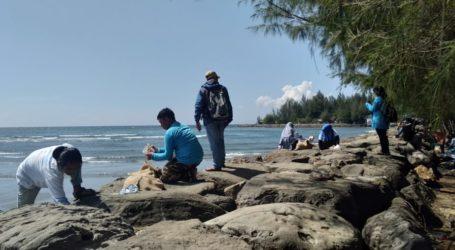 HUT RI, Pegiat Lingkungan Bersih-bersih Pantai Banda Aceh