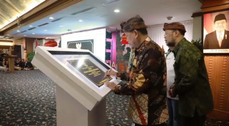 Menteri Nasir Serahkan Izin Universitas Siber Pertama di Indonesia