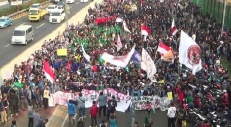 Massa Aliansi Mahasiswa Membeludak, Jalur Tol Depan Gedung DPR Ditutup