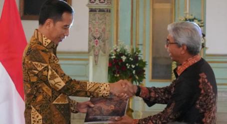 "Presiden Jokowi Terima Buku ""Dasawarsa Diplomasi Batik Indonesia"""