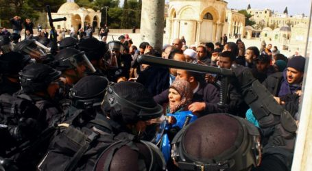 500 Warga Palestina Berhasil Terobos Penghalang Salat di Al-Aqsa