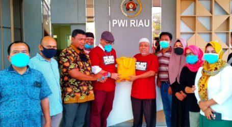 PWI dan SPS Riau Berikan Paket Sembako Kepada 100 Reporter