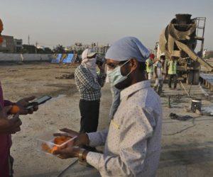 Suasana pekerja bangunan di India pada masa pandemi. (Foto: Manish Swarup/AP)