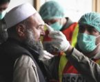 Petugas COVID-19 memeriksa suhu badan warga Pakistan. (Foto: dok. Rising Kashmir)
