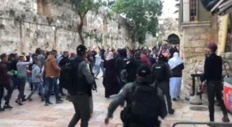 Jamaah Al-Aqsa Shalat Id di Depan Gerbang, Diserang Polisi