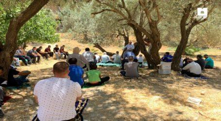 Puluhan Warga Yerusalem Shalat Jumat di Tanah Yang Terancam Disita