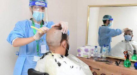 Tukang Cukur di Mina Terapkan Protokol Covid-19