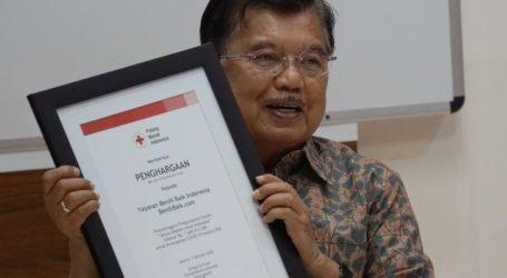 Gandeng BenihBaik.com PMI Salurkan Bantuan APD Ke Fasilitas Kesehatan