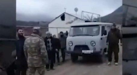 Tentara Azerbaijan Bantu Warga Sipil Armenia Mengungsi
