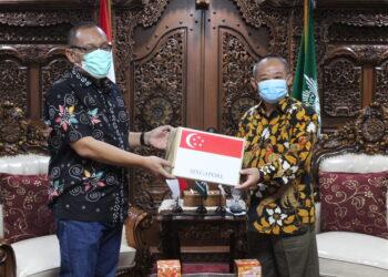 PP Muhammadiyah Terima Bantuan Satu Juta Masker dari Pemerintah Singapura