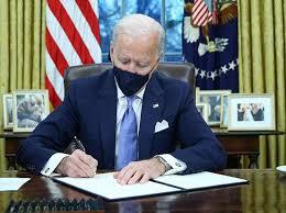Biden Tandatangani Perintah Eksekutif Akhiri Larangan Muslim