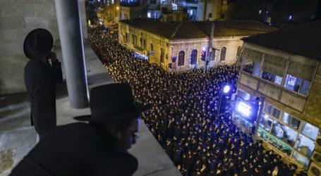 Ribuan Yahudi Padati Pemakaman Rabi, Langgar Pembatasan Corona Israel
