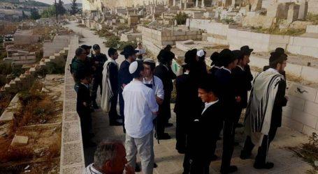 Gerombolan Pemukim Israel Nodai Pemakaman Muslim di Bab Al-Rahma