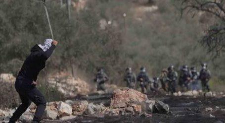 Pemuda Palestina Respon Serangan Tentara Israel di Kafr Qaddum