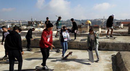 Remaja Palestina Bermain Skateboard di Wilayah Yerusalem yang Diduduki Israel