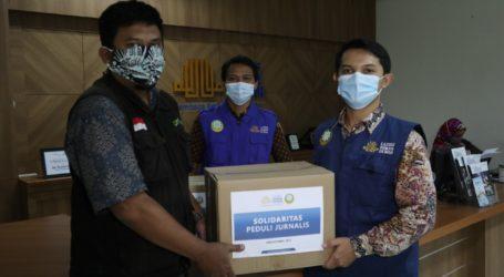 Dewan Da'wah Salurkan Paket Sembako untuk Wartawan