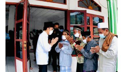Usai Tinjau Terdampak Bencana, Jokowi Shalat Jumat di Masjid Babu Jannah NTT
