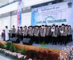 Santri Angkatan ke-27 Al-Fatah Lampung saat pembacaan Ikrar Alumni didampingi Mudirus Shuffah, Selasa (6/4). (Photo by: Habib/MINA)