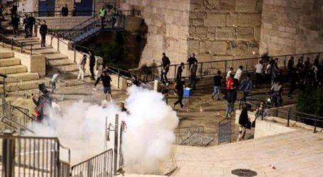 Pemuda Palestina Melawan Pasukan Israel di Gerbang Al-Amoud