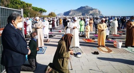 Sholat Idul Fitri di Pantai Palermo, Itali
