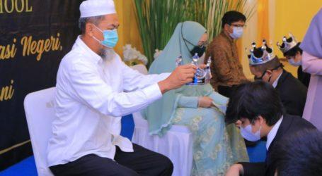 Prosesi Pemasangan Mahkota untuk Wisudawan Penghafal Quran di Wisuda SMPIT IMC