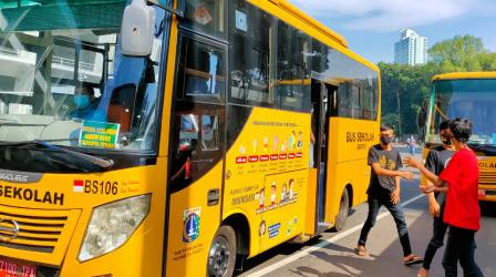 DKI Kerahkan Enam Bus Sekolah Bantu Warga Vaksinasi di Mapolsek-Mapolsek