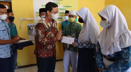Baznas Pekalongan Serahkan Bantuan Pendidikan